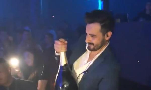 西班牙男子不慎脱手致价值27万元香槟洒落满地
