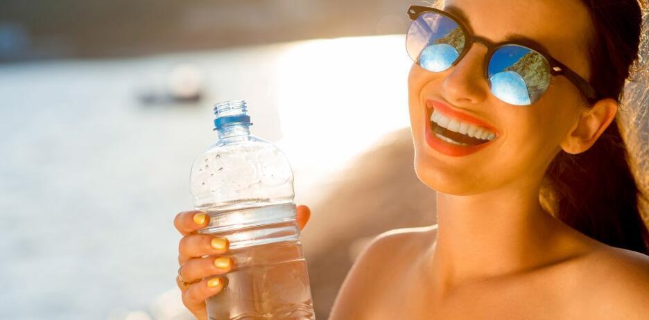 喝水不够危害大!美媒盘点缺水导致6大问题