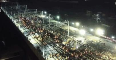 中国工人9小时完成铁路站改造 外媒:这才是高铁