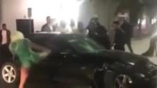 强悍!汽车追尾起冲突 女子赤足踹碎豪车玻璃