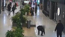 女子商场丢苹果手机 路过大妈小跑捡走