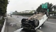 女司机误将油门当刹车  高速路上腾空翻滚360度