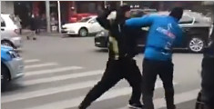 两外卖小哥起争执 街头暴力互殴似拳皇