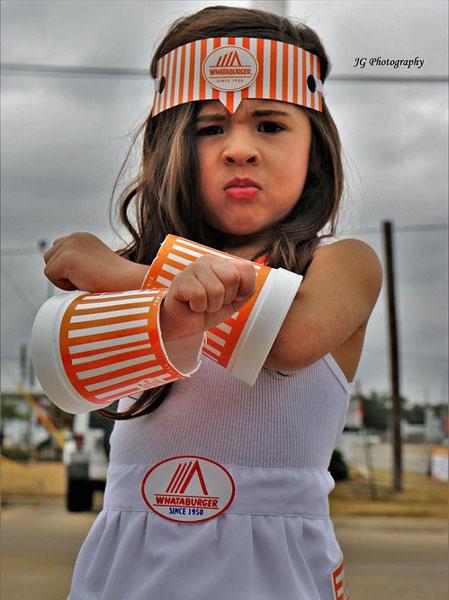 有创意!美三岁女童快餐盒扮装神奇女侠