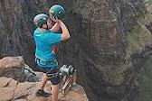 澳探险队200米瀑布顶完成最高投篮挑战