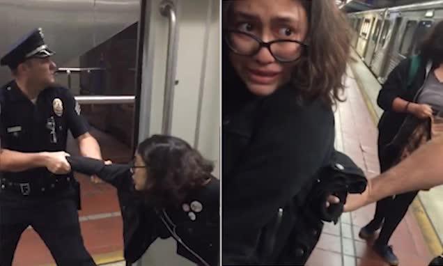 美国女子将脚放在座位被警察赶下地铁