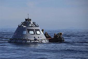 """美国演练回收模拟""""猎户座""""返回舱"""