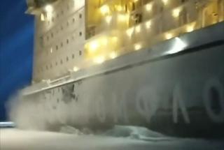 自驾游偶遇破冰船 两万吨级核动力巨舰迎面驶来