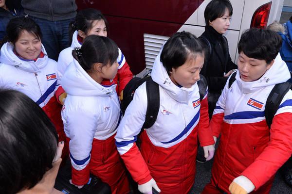 朝鲜女子冰球代表团抵达韩国