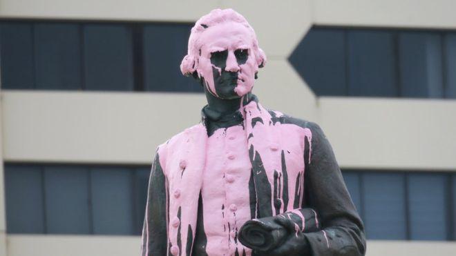 """澳大利亚原住民不满国庆日 """"库克船长""""被泼油漆、画涂鸦"""