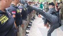 印尼市长当众猛踢警察 警察:被踢很开心