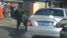 两男子起争执当街互殴 后车应景放《消愁》