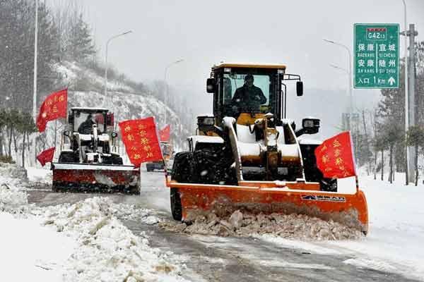 应急抢险人员除冰扫雪保安全