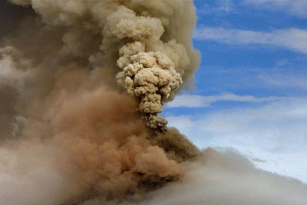 菲律宾马荣火山持续喷发 超7万人被疏散