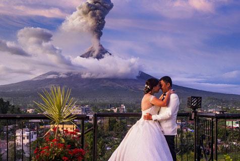 菲马荣火山持续喷发 新人拍摄唯美婚纱照