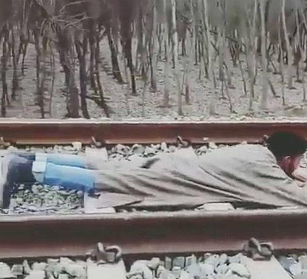 作死!印小伙趴铁轨中间 火车从身上驶过平安无事