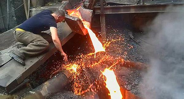 神奇!亚美尼亚男子徒手劈铁水毫发无损