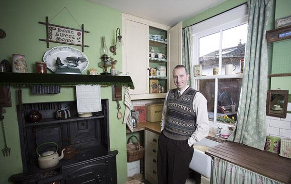 英怀旧男子将家装饰成20世纪40年代风格惬意享受