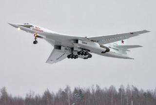 俄新型战略轰炸机首飞 普京现场观看赞不绝口