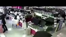 男子咬电池   瞬间发生爆炸