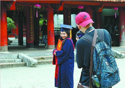 留下学士身影 祈福金榜题名 越南学生流行到文庙拍写真
