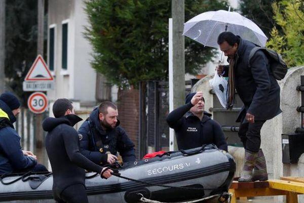 法国塞纳河上升淹没街道 民众乘舟出行