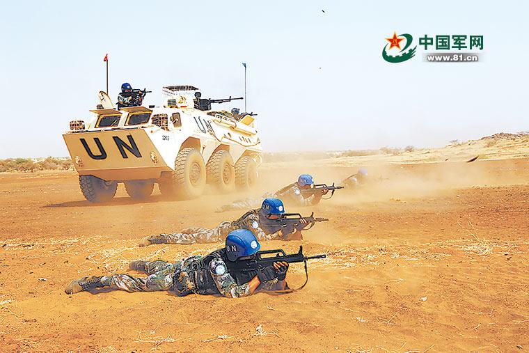直击我赴马里维和官兵新年度首次实弹射击训练