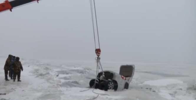 6人驾车在中俄边境湖面玩漂移 栽进冰窟
