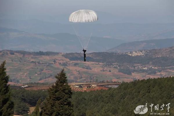 中国空军首次运用无人机实施联合补给演练