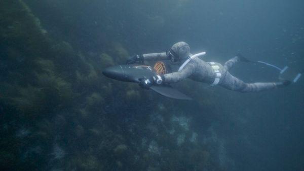 """据称,它""""比任何其他的潜水推进器更强大"""",能够一次拖曳四名潜水员。AquaJet H2的发动机仍然被认为是相对安静的,不会影响海洋生物。每次充电后AquaJet H2可持续使用超过100分钟。"""