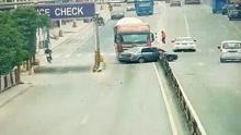 女司机强行变道 小车瞬间遭货车撞碎