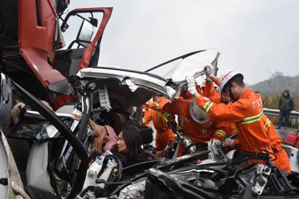 桂林高速路段5车追尾连撞 致3死1伤