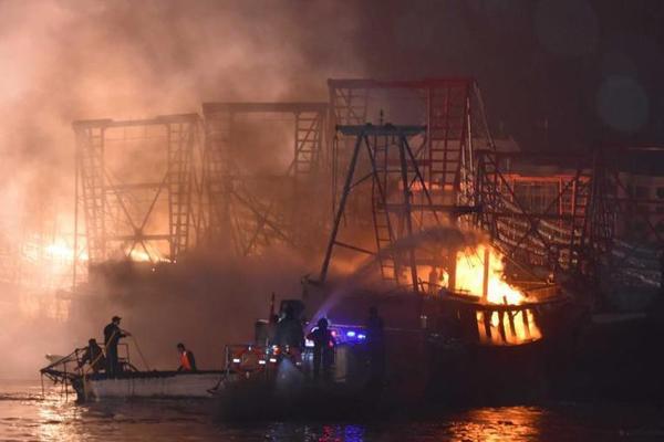 广西北海渔船起火致航道堵塞 部分航班延误