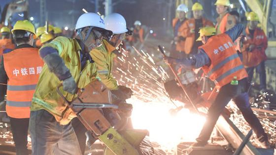 英媒:惊叹中国速度 9小时内竟能建成火车站