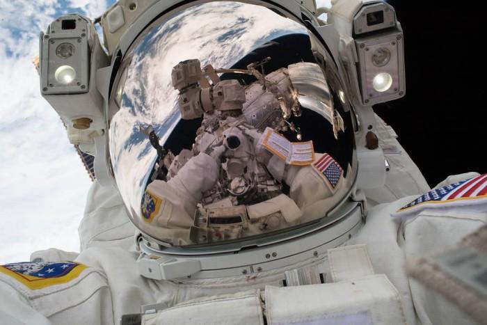 宇航员在太空行走时的自拍照是什么样的