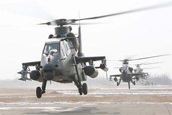 武装直升机群雪中训练阵势宏大