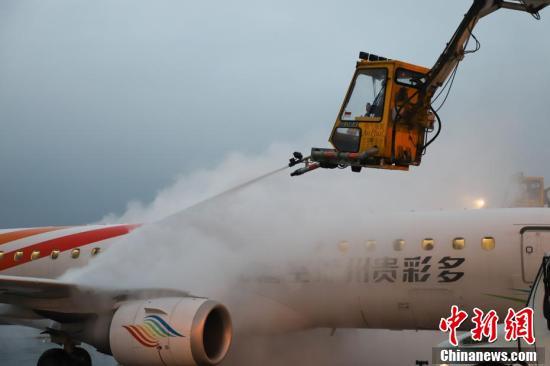 贵阳机场冬日为客机除冰 保证飞行安全