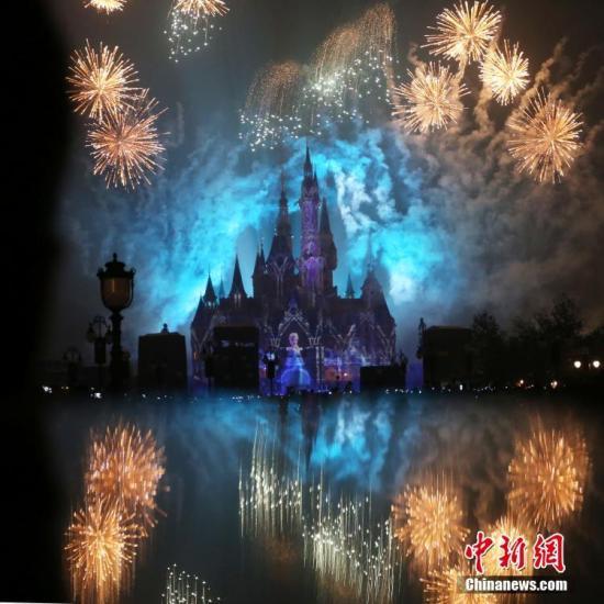 """上海迪士尼被指收取天价""""插队费"""" VIP团免排队"""