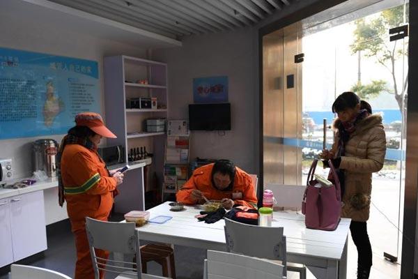 杭州环卫工24小时抗雪防冻 城管驿站贴心服务