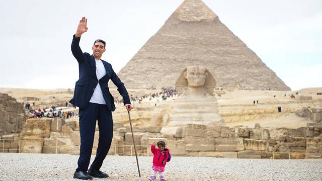 世界第一高人及最袖珍女孩罕见合体