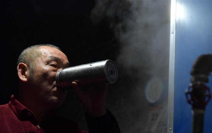 """开水房20年未涨价 寒冬里暖暖的""""三毛钱"""""""