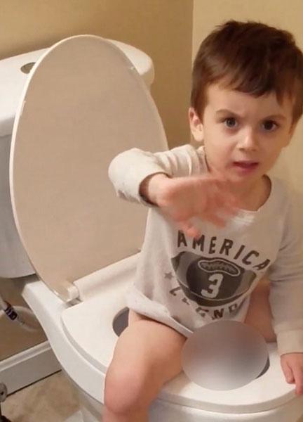 贴心!美男童卫生间排便恐气味不好忙赶妈妈出去