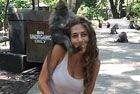女游客遭印尼小猴袭胸