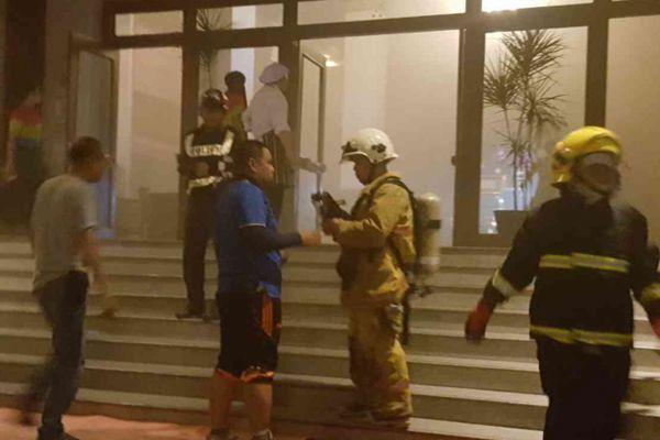 泰国清迈著名酒店发生火灾 上百名游客慌忙逃生