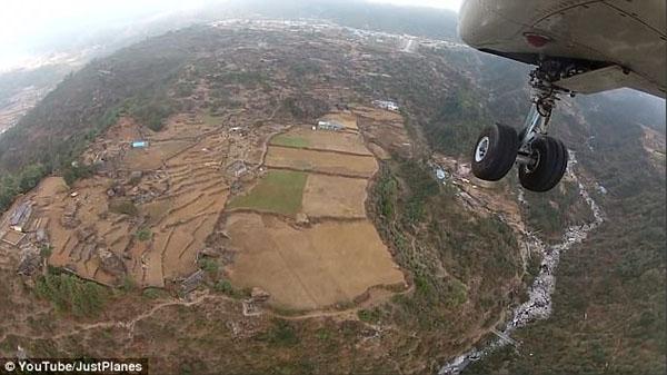 视频记录尼泊尔世上最危险机场 跑道仅460米长