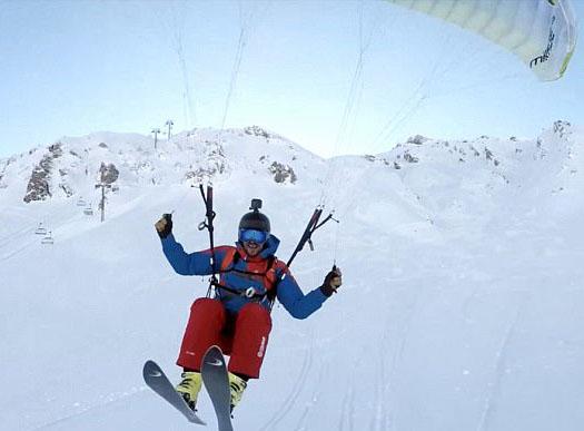 酷炫!法滑雪爱好者背滑翔伞与朋友比拼