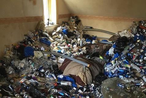 奇葩!英老人租房12年退租后房内垃圾堆成山