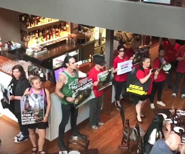 澳素食主义者举标语聚集墨尔本牛排店激进抗议