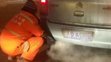 环卫工蹲出租车尾部暖手 受邀上车却怕弄脏车内