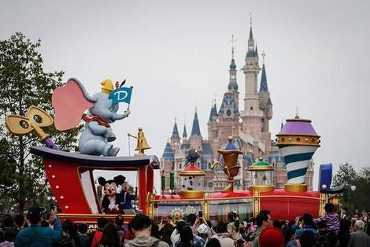 """上海迪士尼收""""天价插队费"""" 专家:服务细节应当更加明确展示"""